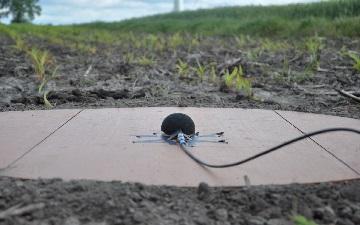 Mikrofon położony na ziemi do sprawdzania hałasu turbin wiatrowych