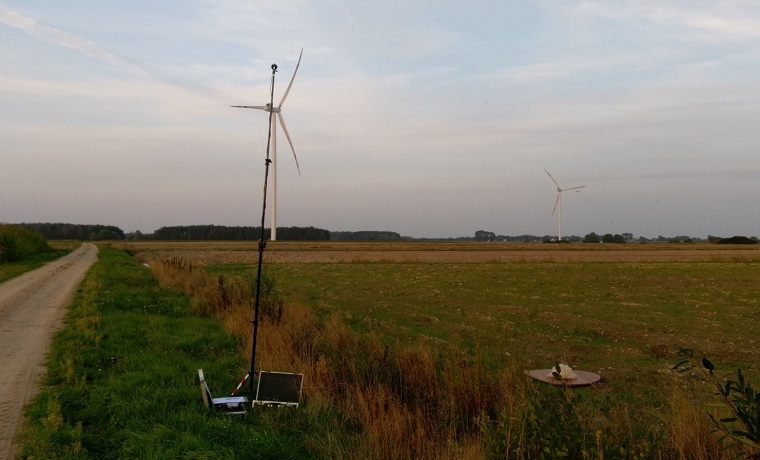 Pole na którym mierzone są pomiary hałasu turbin wiatrowych znajdujących się niedaleko aparatury do pomiaru